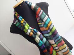 Linda echarpe de seda pongé 5, pintada à mão, com a técnica <br> Escorrido. Ultra colorida, é ideal para compor um visual arrojado e contemporâneo. Pode ser usada de várias formas.