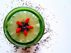 Zielony koktajl:   - 2-3 garście jarmużu   - 1 gruszka  - 3-4 plastry świeżego ananasa (ew. można dodać z puszki)   - sok z 1 pomarańczy   - 2-3 łyżki nasion chia   - pół garści jagód goji.     Wszystko razem wrzucamy do blendera i miksujemy. Jeśli komuś jest za gęsty koktajl można dodać więcej soku z pomarańczy lub wody. Smacznego ❤