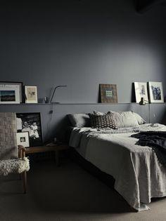 Cozy and stylish bedroom with grey walls in photographer Pia Ulin's loft – Loft İdeas 2020 Gray Bedroom Walls, Grey Walls, Dark Walls, Bedroom Black, Grey Bedrooms, Bedroom Doors, Grey Room, Bedroom Windows, Bedroom Flooring
