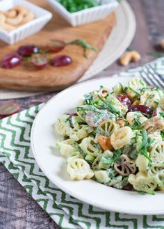 Florentine Pasta Salad with Grapes. Red grapes crunchy cashews and fresh spinach combine for a winning tailgate pasta! Yummy Pasta Recipes, Healthy Salad Recipes, Scallop Pasta, Grape Salad, Tailgate Food, Wonderful Recipe, How To Make Salad, Red Grapes, Pasta Salad