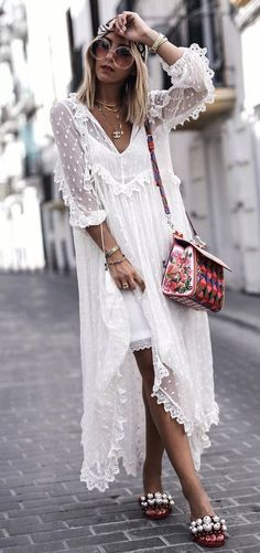 how+to+style+an+embroidered+bag+:+white+maxi+dress+and+slides