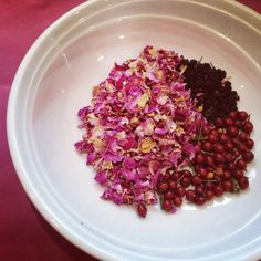 rose petal, elderberry and rosehip tea Rosehip Recipes, Rosehip Tea, Pineapple Health Benefits, Herbal Cure, Herbal Teas, Homemade Tea, Tea Blends, How To Make Tea, Natural Home Remedies