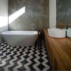 Bathroom inspiration. Bluff House by Auhaus Architecture #interiors #inspiration #instadesign #interiordesign #tiles #concrete #bathroom #bathroomdesign #bathroominspo #tapware