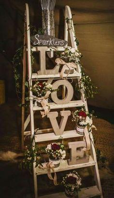 結婚式に〔梯子〕を使うと素敵って知ってた?梯子を使った、華やかなウェルカムスペース特集*にて紹介している画像
