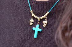 colgante azul calaveras y cruz  12 € en www.fantik.es