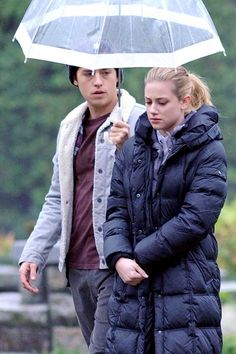 Onscreen Couple Lili Reinhart and Cole Sprouse were seen filming Scenes for 'Riverdale' in Canada. The couple have been rumored to be dating off screen after being seen together on multiple occasions. Cole Sprouse Shirtless, Cole Sprouse Hot, Cole Sprouse Funny, Cole Sprouse Jughead, Dylan Sprouse, Memes Riverdale, Riverdale Season 2, Kj Apa Riverdale, Riverdale Funny