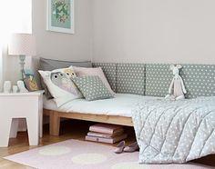 Olhem que idéia boa da empresa polonesaMade for Bed! Com peças estofadas de tecido, você pode montar uma cabeceira customizada, que decora e ajuda a deixar o ambiente mais confortável!! …
