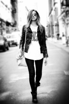 836d5ba1014 Oversized T-Shirts and a leather jackets give grunge style a touch of chic.