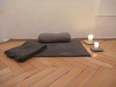 tapis de méditation, coussins, bougie, salle de yoga rue de la Loge 6 à La chaux-de-Fonds, Suisse salle de yoga également à Neuchâtel  #banyann #yoga #meditation #bienetre Yoga Meditation, Logs, Rue, Floor Chair, Flooring, Contemporary, Furniture, Home Decor, Whitewash