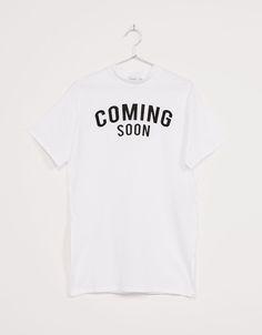 Camiseta larga cuello Perkins 'Coming Soon'. Descubre ésta y muchas otras prendas en Bershka con nuevos productos cada semana