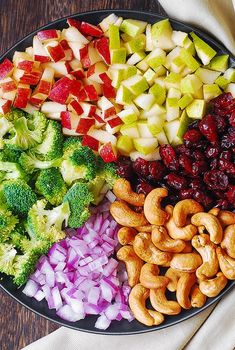 Broccoli Cashew Apple Salad with Red Onions and Cranberries Brokkoli-Acajoubaum-Apfelsalat mit roten Zwiebeln und Moosbeeren Pear Salad, Cranberry Salad, Apple Salad, Healthy Broccoli Salad, Healthy Salads, Healthy Eating, Salad Dressing Recipes, Salad Recipes, Drink Recipes