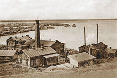Промышленность в граде Петра и Павла / Александр Семенов  В XIX веке в Петропавловске с развитием торговли шло и развитие промышленности. Открываемые небольшие заводы обрабатывали продукты животноводства. Это были салотопенные, кожевенные, мыловаренные, овчинные, клееварочные заводы. К числу ранних заводов относятся также и кирпичные.  В 1834 г. в городе было 2 салотопенных и 1 кожевенный завод, в 1868 г. — 20 заводов: 8 салотопенных, 7 кожевенных, 3 клееварочных и 2 кирпичных.  В 1881 г…