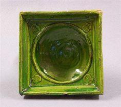 Schüsselkachel Deutsch, 15. Jahrhundert Kunstgewerbemuseum Material and Technique Irdenware, hellgelber Scherben; gemodeltes Relief; transparente grüne Bleiglasur Measurement 15,6 x 15,4 x 7,0 cm