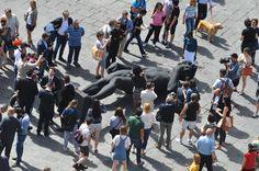 Un David sdraiato in piazza della Repubblica a Firenze, un David tutto nero. Turisti stupiti gente che fotografa con i cellulari. Firenze rovescia la…