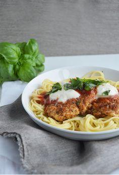 Kip Parmezaan met pasta. Dit overheerlijke gerechtje zit je binnen 30 minuten op tafel. Malse kipfilet met een krokant laagje van Parmezaanse kaas en broodkruim samen met een licht gekruide tomatensaus en mozzarella, lekker!