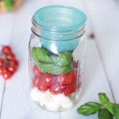 Aus einem klassischen Einmachglas wird eine praktische Lunchbox zum mitnehmen! Oben Dressing, unten Salat! So bleibt alles frisch und knackig! Jetzt im Shop!