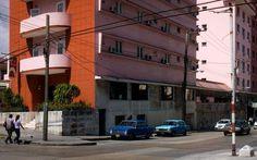 Localizado en el área del Vedado, cerca del malecón de La Habana. Abierto en 1952, los servicios proporcionados por el hotel y su importante localización han hecho del Vedado uno de los hoteles más buscados en el centro de La Habana. Tiene cuartos y pasillos anchos, con gran comodidad y atmósfera tranquila.