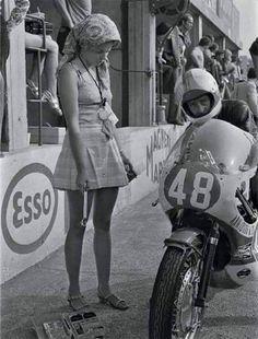 Jarno Saarinen en el circuito de Monza en 1971 y su inseparable mujer Soili Karme.
