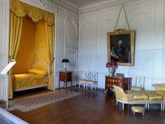 Château de Vaux-le-Vicomte (Seine et Marne) - Chambre Louis XVI French Interior, Interior Design, Alcove Bed, Sleepover Room, Antique Living Rooms, Vaux Le Vicomte, Unique Doors, French Chateau, Cool Beds