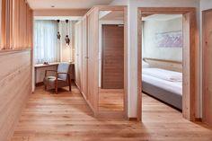Zimmer und Suiten mit getrennten Wohn- und Schlafzimmern für Familien Modern, Divider, Room, Furniture, Home Decor, Double Room, Families, Bedroom, Homes