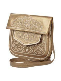 Ihr steht auf Hannahs goldene Tasche? Dann haben wir gute Neuigkeiten für euch: Bei Peek&Cloppenburg gibt's das Teil zu kaufen! http://www.fashionid.de/abury/damen-umhaengetasche-aus-leder-mit-ornamenten-gold-9282041_10/