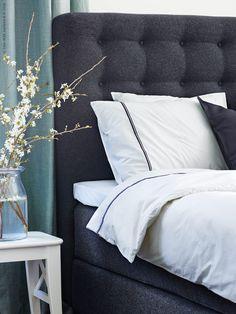 Alla kontinentalsängar har fått en matchande huvudgavel för en helgjuten look som ger sovrummet en inbjudande atmosfär. VALLAVIK kontinentalsäng HYLLESTAD medelfast, TUSSÖY grå, HÄXÖRT påslakan 2 örngott, vit/grå.