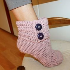 Crochet Slippers Pattern-has several different kinds. Crochet Gratis, Free Crochet, Knit Crochet, Crochet House, Easy Crochet, Crochet Boot Socks, Crochet Slippers, Knitting Patterns, Crochet Patterns