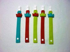 Conjunto de fitas de chupeta colorido / Porta-chupetas em tecido com coroa / Acessórios de bebé laranja, verde e azul / Bebé unisexo by LittleandCosy on Etsy