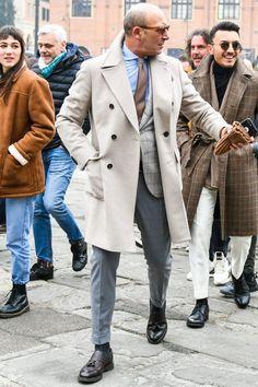 グレージャケットコーデにサックスブルーシャツを合わせて爽やかなVゾーンを演出する Burberry Men, Gucci Men, Stylish Men Over 50, Fashion For Men Over 50, Clothes For Men Over 50, Rain Trench Coat, Classic Suit, Gents Fashion, Elegant Man