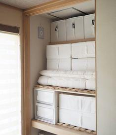 収納が大変なもののひとつに布団があります。 サイズもあり、場所をとるので、苦労している方も多いのではないでしょうか? そこで今回は、筆者の家で大成… Japanese Home Design, Japanese Interior, Hidden Storage, Storage Bins, Storage Organizers, Storage Ideas, Japanese Apartment, Bedroom Minimalist, Diy Home Interior