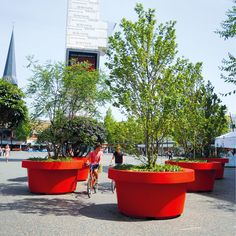 STREETLIFE Giant Flowerpots in famous RED colour