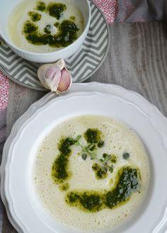 Knoblauchsuppe gibt es bei uns schon seit vielen, vielen Jahren und wir liiiieben sie alle abgöttisch. Ein wahrer Suppenliebling! Früher hat meine Mama oft Knoblauchsuppe für uns gezaubert und wir …