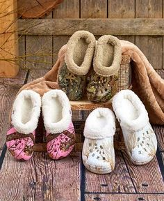 4e6943987 Keep your feet warm and dry wearing these Women  Mossy Oak Fleece Dawgs.  These clogs have contoured footbeds that provide extra support and an  ultra-soft ...