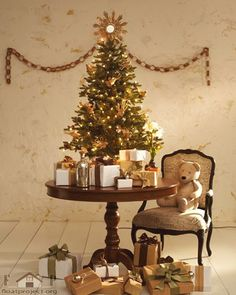 Small Christmas tree for your kids' room http://www.floatproject.org/uncategorized/unique-christmas-decoration-ideas-kids-bedroom