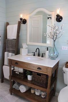 Bain de campagne—Grâce au meuble-lavabo de bois naturel, cette salle de bains prend une allure champêtre, apaisée par le bleu ciel des murs.