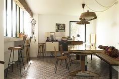 A multicultural style house with a retro base in Marseille - Home Design & Interior Ideas Cosy Kitchen, Kitchen Dinning, Dining Room, Interior Styling, Interior Decorating, Interior Design, Sweet Home, My First Apartment, Old Apartments