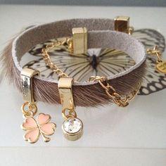 Enjoy her style! Betaalbare wikkelarmband van vacht leer met 2 prachtige bedels. Diverse vacht leren armbanden leverbaar.