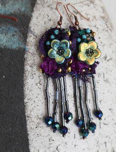 Boucles d'oreilles textiles Ispahan, dentelle, cristal, verre, mauve, prune vert-jaune irisé : Boucles d'oreille par planete