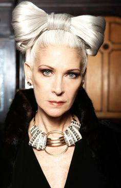Nancy Ozelli - Not a hair style for me lol - without the bow on her head she would look fabulous! Going Gray Gracefully, Aging Gracefully, Hair Up Or Down, Beautiful Old Woman, Men With Grey Hair, Advanced Style, Ageless Beauty, Glamour, Great Hair