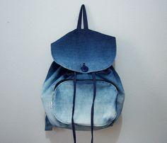 A Mochila Ombre é produzida com jeans e aplicado a técnica ombre que dá esse efeito de degradê na mochila. O fechamento é com cordão e botão comum. Não usamos botões magnéticos, pois eles não aguentam o peso da mochila.