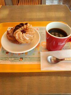 今日は久しぶりにミスタードーナツでドーナツ2個とブレンドコーヒーいただいています。おいしいです。