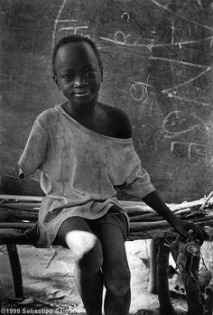 The Natinga School camp for displaced Sudanese, Southern Sudan, [Credit : Sebastião Salgado] Documentary Photographers, Great Photographers, We Are The World, People Around The World, Anne Gedes, Steve Mccurry, Portraits, Photojournalism, Black And White Photography