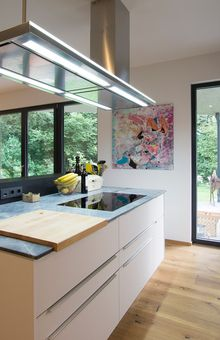 Küche in schwarz/weiß mit Oberfläche in Fenix