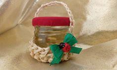 Cosulet lucrat manual din  rafie naturală, continând un borcanas cu miere de salcam