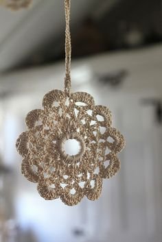 Super cute, would definitely use the plastic ring. Could use for Xmas decor, or simply hang on doors, walls, etc. Crochet Eyes, Crochet Motifs, Crochet Home, Crochet Yarn, Crochet Flowers, Crochet Patterns, Crochet Christmas Ornaments, Crochet Snowflakes, Christmas Crafts