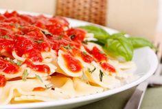 Cómo hacer salsa fileto. Una de las salsas más sencillas y tradicionales de la gastronomía italiana es la llamada salsa filetto o fileto, la cual tiene como principal ingrediente el tomate y otros ingredientes que le aportan ...