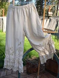 Vintage tablecloth bloomers with vintage crochet trim ruffles. -- I'm not a big fan of bloomers, but I wonder if I could make a skirt like this . Vintage Crochet, Vintage Lace, Fashion Mode, Boho Fashion, Boho Outfits, Vintage Outfits, Marla Singer, Mode Hippie, Lucky Penny