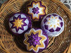 Melinda35 / vianočné patchworkové gule fialovo-bielo-zlaté