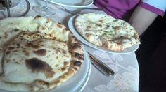 Paneeri nan (galette de farine de blé fourrée au fromage) et Amritsari kulcha nan (galette de farine de blé feuilletée au beurre et farcie d'une purée de pommes de terre et petits pois) / Aangan - Paris 18 #indien (avis restau complet sur le blog)