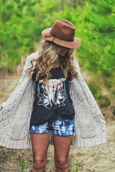 Try these ideas for Boho-chic summer outfits. For more, check the images of Stylish Boho-Chic Summer Outfits to Look Gorgeous. Hippie Style, Hippie Look, Gypsy Style, Hippie Bohemian, Boho Gypsy, Bohemian Summer, Vintage Bohemian, Boho Mode, Mode Hippie